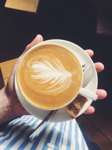 un petit café décoré