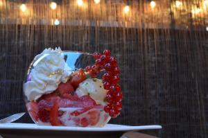 Des fruits frais et de la glace artisanale