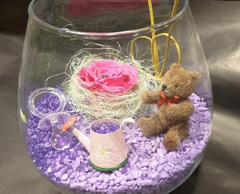 Montage réalisé avec une rose éternelle pour célébrer une naissance de chez Plastiflor