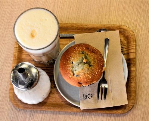 Un délicieux Latte accompagné de son muffin aux myrtilles