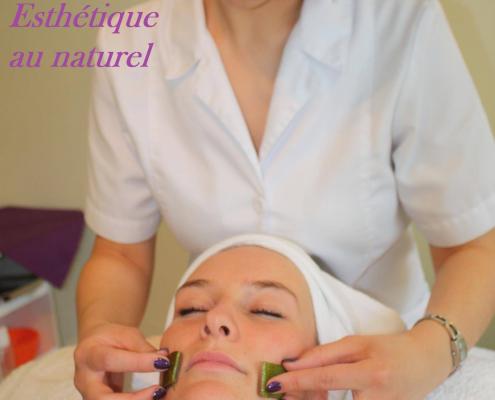 Instant Evasions - Celine Renson effectuant un soin du visage à l'aloe vera